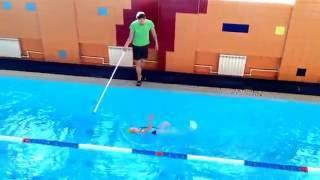 Урок плав. Оля первый раз в бол. бассейне