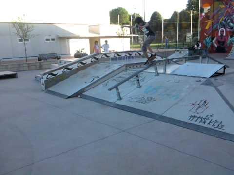 saul!!! slide en el handrail del skatepark