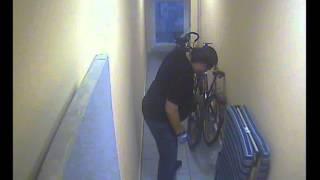 Кража велосипедов со взломом, видео с камеры в коридоре.(2 июля 2013 года в 4 утра, трое неизвестных похитили 2 пристегнутых велосипеда из закрытого коридора. 0:08 оценщи..., 2013-07-02T19:28:28.000Z)