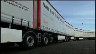 Lange LZV Roadtrain: 5 combitrains en een trailer gekoppeld