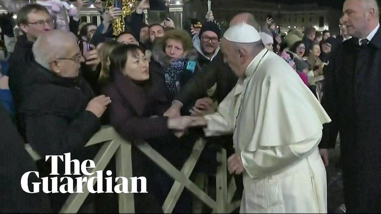 Резултат с изображение за Папа Франциск плесна по ръката напориста жена