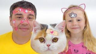 ستايسي ووالدها يلعبان بلصقات لاصقة.