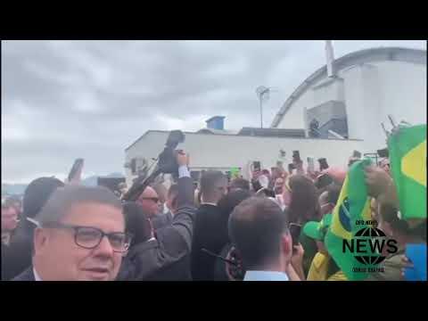Ao chegar em SC, Bolsonaro é ovacionado pela população