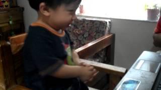 Lucas bailando el chuchuwa de pi�on fijo.