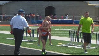 US Twin Sister Carries Sibling Across Finish 800 Meters Race Line thumbnail