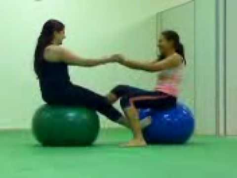 exercicio na bola de pilates