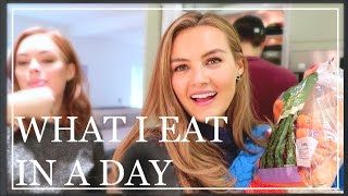 16. What I Eat In A Day With Friends | Niomi Smart