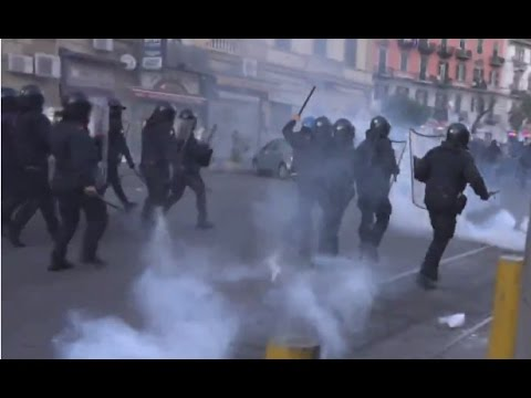 Tear gas & water cannons as brutal clashes break out in Naples (Breaking live feed record)