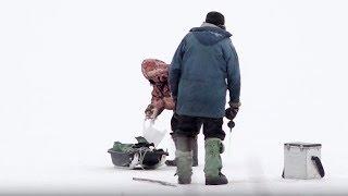 Под ногами хрустит лед: В Вологде рыбаки не стали ждать ледостава