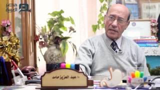 بالفيديو| طبيب الغلابة.. كشف وتحليل وعلاج بـ 5 جنيهات