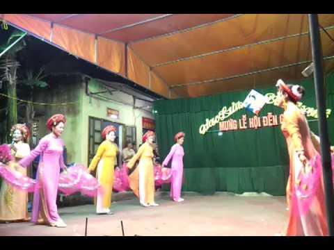 múa hát chầu văn do đội văn nghệ thôn ninh giàng biểu diễn