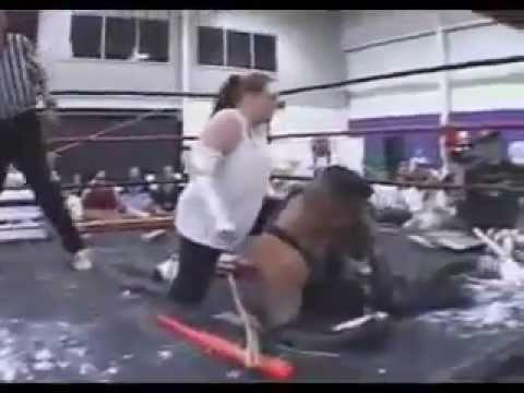 مصارعه بنت ضد رجل دمويه كامله ممنوعه من العرض.flv - YouTube