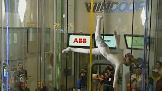 Танцы и акробатику в аэротрубе продемонстрировали в Испании (новости)