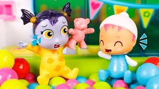 Vampirina Toys 👻 Nosy gets angry in the playpen 😮🌄👶