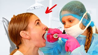 Алиса играет в стоматолога с мамой