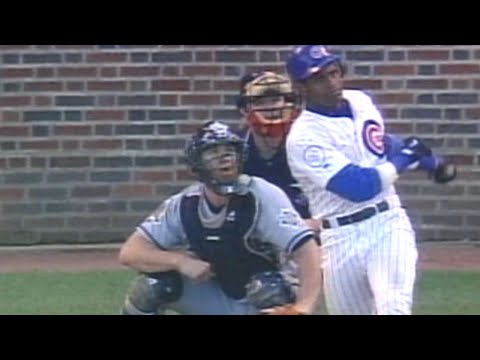 Sammy Sosa mashes his 60th home run of 1998