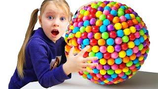 Милана и игра с конфетами - забавные истории про сладости