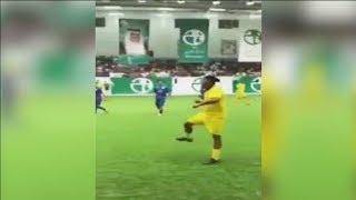 ¡Que clase! Ronaldinho hace dos espectaculares pases sin mirar en Kuwait | AMAZING | 2018