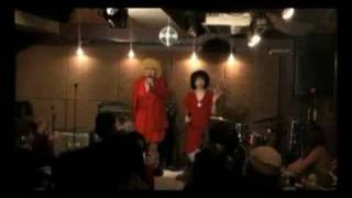 2012年2月3日、荻窪ルースター・ノースサイドで行われた アキリーヌ・フ...