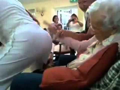 CongDongVip Com   Cụ bà 100 tuổi xem thoát y gây sốc cộng đồng
