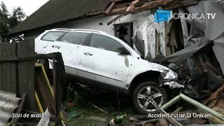 Accident la Oniceni - Doi tineri au ajuns cu mașina în podul unei case