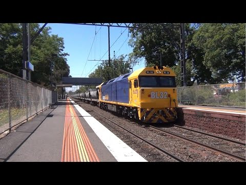 BL32 Glides through Murrumbeena with the APEX Rock Train