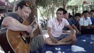 Giáo viên người Pháp đánh ghi ta và hát ở Hà Tiên
