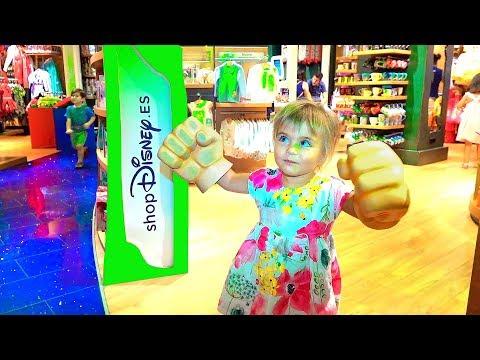 Оливия приехала в детский магазин Диснейленд | Покупаем платье принцессы и набор история игрушек 4.
