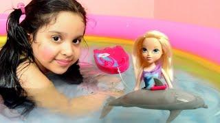 تخلي لعبة الدولفين في الماء حقيقي يسبح ! مع لوح التزلج ودمية سبحنا معه في المسبح Dolphin really swim