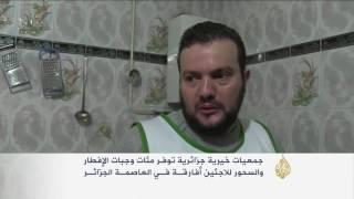 جزائر الخير.. منظمة خيرية تقدم الإفطار للاجئين أفارقة