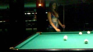 Девушка круто играет в бильярд!!!
