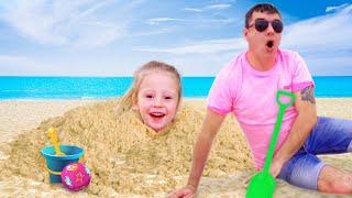 나스티아와 아빠는 해변에서 노는 척