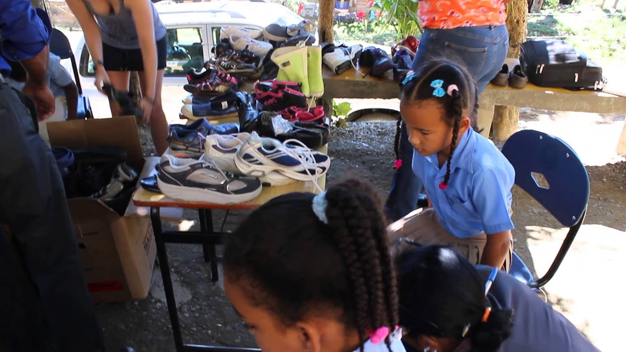 Shoe distribution to students in the Dominican