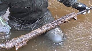 Стоит нырнуть в Железную реку - и сразу оружие и боеприпасы, раскопки с металлоискателем и магнитом