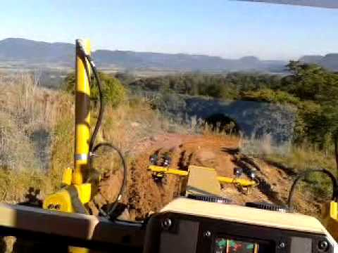 Motoniveladora Caterpillar 120K-rerindo uma estrada