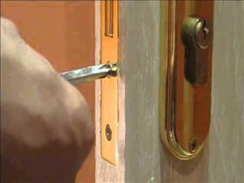 تغيير قفل الباب الخشبي