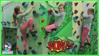 Hoch hinaus klettern! Ava probiert Bouldern aus und liebt es 💕 Geschichten und Spielzeug