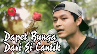 Video So Sweet.. Nyanyi Lagu Romantis, Pengamen Ini Mendapatkan Bunga Mawar Dari Cewek Cantik download MP3, 3GP, MP4, WEBM, AVI, FLV Juni 2018