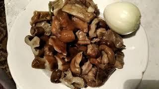 Беляши с мясом и пирожки с грибами солеными