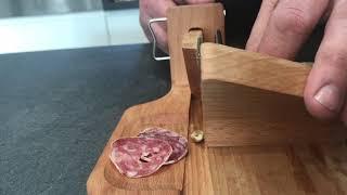 Utilisation de la guillotine à saucisson So Apéro