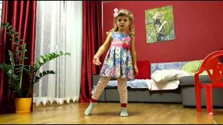 Девочка танцует под песенку Василисы из мультфильма Иван Царевич и Серый волк 2