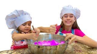 Nastya và Mia muốn được giống mẹ và làm bánh rán cho artem