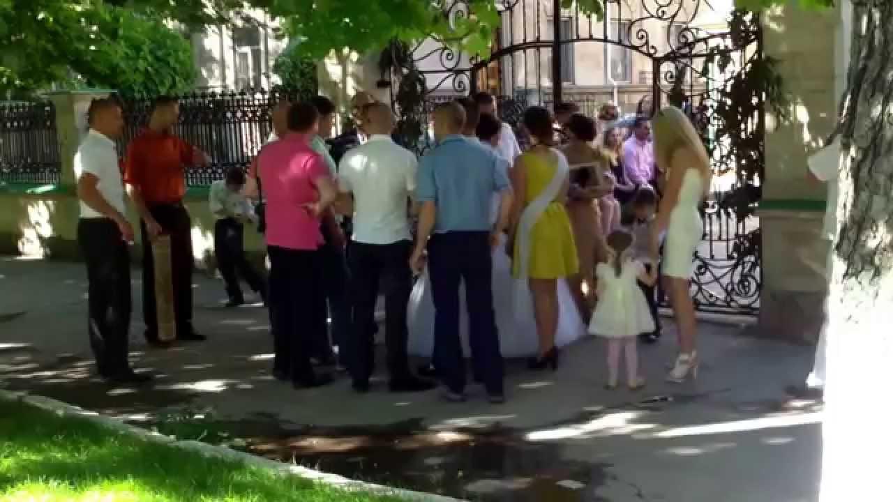 Au blocat cu nunta lor trotuarul de lîngă SIS
