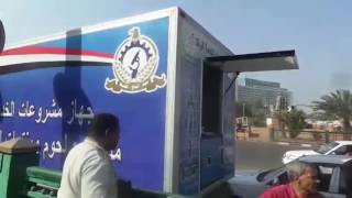 إقبال على سيارة بيع السلع الغذائية أمام مجمع التحرير.. فيديو وصور