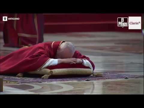 El Papa Francisco se postró en el suelo este viernes santo en la Basílica de San Pedro