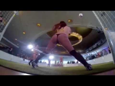 独 美女たちが裸でサッカー