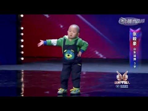 Entzückend! 3 Jahre altes Kind, sehr glücklich zu tanzen