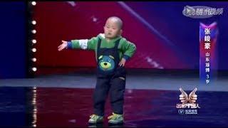 Entzückend! 3 Jahre alten Kind, sehr glücklich zu tanzen