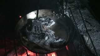 Как жарят рыбу ночью на костре