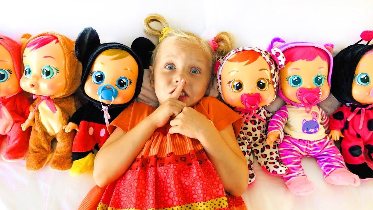 Алиса играет прятки с куклами Cry Babies / Ten in the bed song